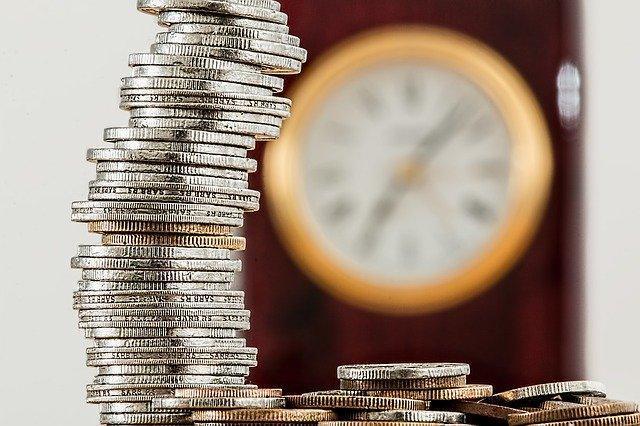 En hög med mynt, okänd valuta